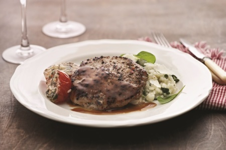 Pippuripihvit pinaattirisoton ja parmesantomaattien kera